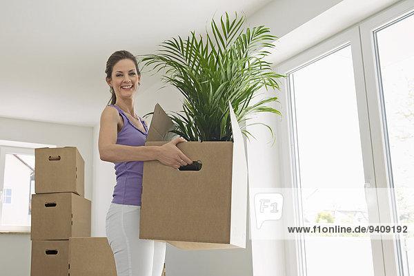 Frau tragen Bewegung Eigentumswohnung neues Zuhause