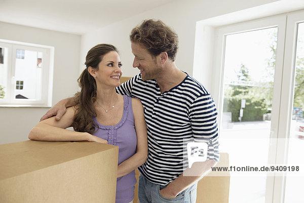 Fröhlichkeit Eigentumswohnung Pappschachtel Pappkarton Pappe neues Zuhause