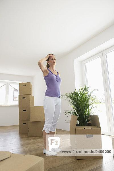 stehend Frau müde Bewegung Eigentumswohnung neues Zuhause