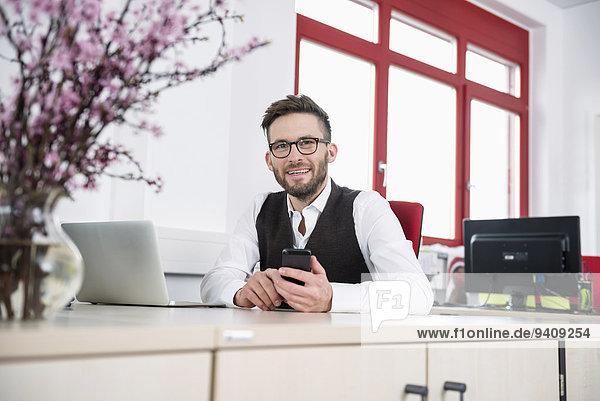 benutzen Mann Schreibtisch Büro jung Smartphone