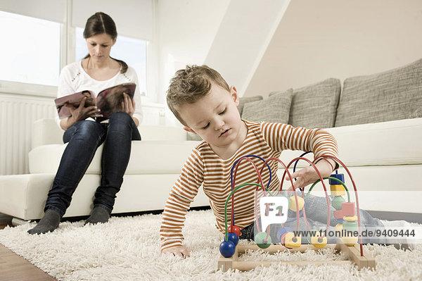 sitzend Couch Junge - Person Spiel Mutter - Mensch spielen