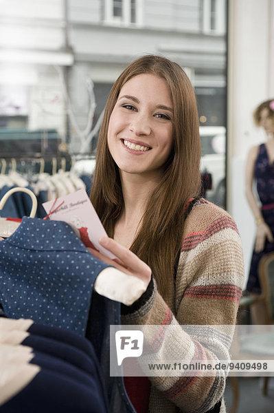 junge Frau junge Frauen Portrait lächeln kaufen Laden Mode