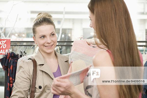 Laden Kunde Mädchen Mode Umsatz