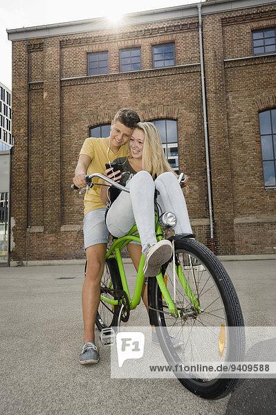 Jugendlicher zuhören lächeln Musik Fahrrad Rad Klassisches Konzert Klassik