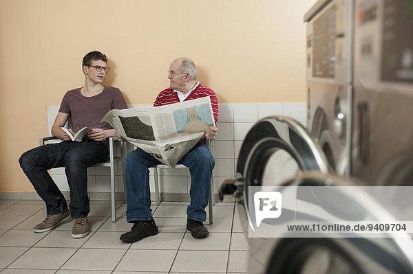 Mann sprechen Wäsche Ar