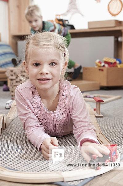 Kindergarten Portrait klein Mädchen spielen Holzeisenbahn Kindergarten,Portrait,klein,Mädchen,spielen,Holzeisenbahn