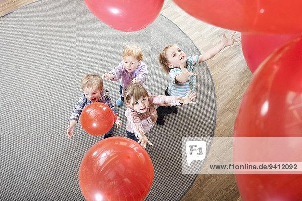 Erhöhte Ansicht Aufsicht Kindergarten 4 Luftballon Ballon rot spielen Erhöhte Ansicht,Aufsicht,Kindergarten,4,Luftballon,Ballon,rot,spielen