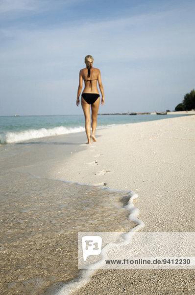 Frau gehen Strand Koh Lipe