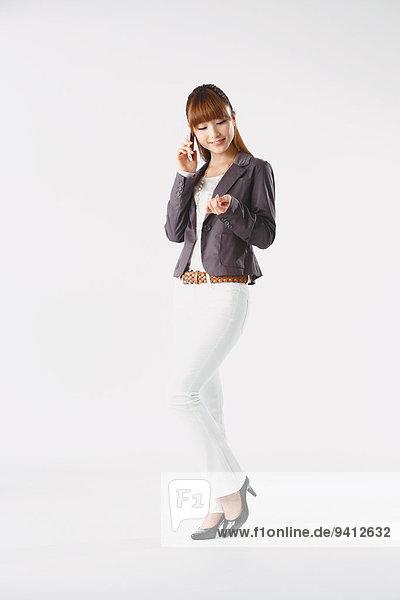 Portrait Geschäftsfrau weiß Hintergrund jung Länge voll japanisch