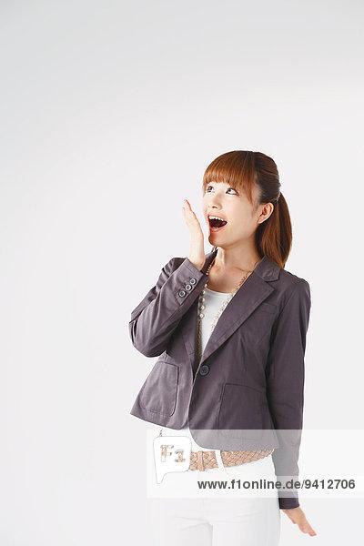 Portrait Geschäftsfrau weiß Hintergrund jung Länge Hälfte japanisch