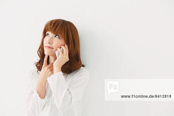 Portrait Frau weiß Hintergrund jung Länge Hälfte japanisch
