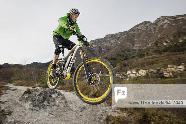 Berg Mann radfahren Elektrische Energie