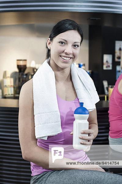 junge Frau junge Frauen Fitness-Studio lächeln