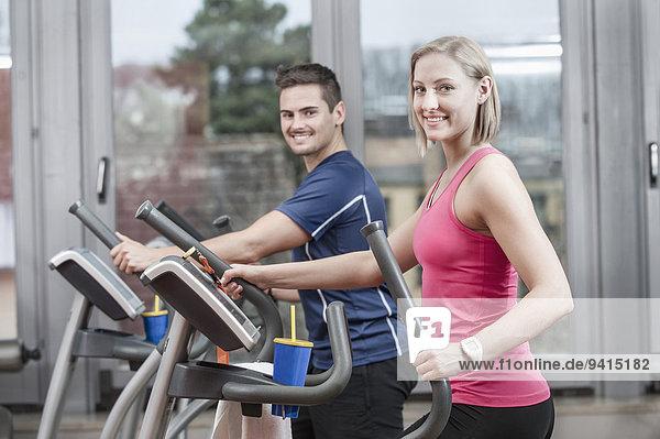 Fitness-Studio jung Mann und Frau