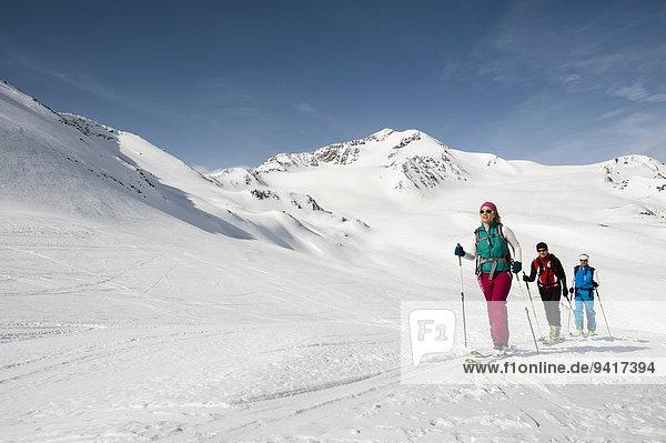 Mensch Menschen Menschengruppe Menschengruppen Gruppe Gruppen Skisport 3 querfeldein Cross Country Schnee