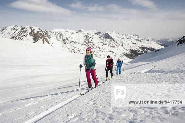 Berg Mensch Menschen Menschengruppe Menschengruppen Gruppe Gruppen Skisport 3 Schnee