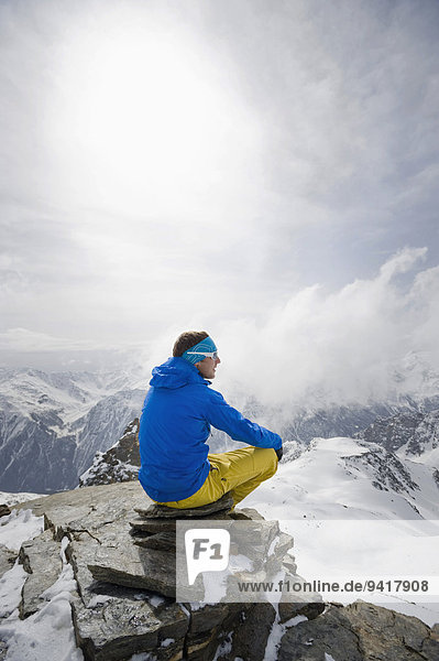 sitzend Berg Winter Mann Berggipfel Gipfel Spitze Spitzen Nachdenklichkeit