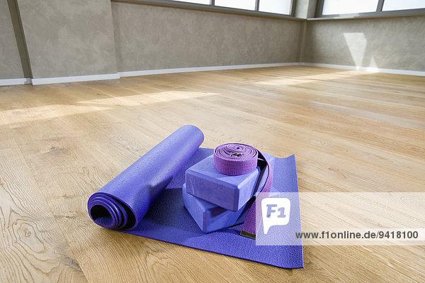 Stilleben still stills Stillleben Lifestyle Boden Fußboden Fußböden blau Yoga Studioaufnahme Gürtel
