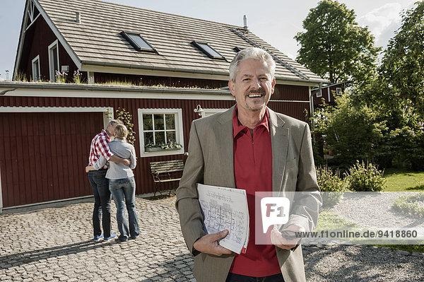 sehen Wohngebäude lächeln Eigentumswohnung neues Zuhause