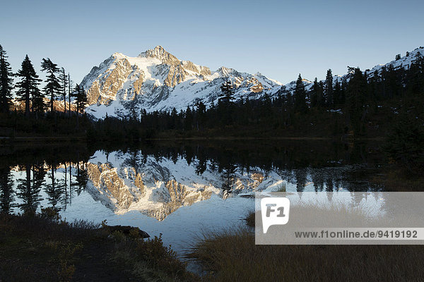 Picture Lake und Mount Shuksan in den Northern Cascades  Kaskadenkette  Rockport  Washington  USA