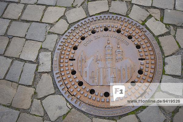 Naumburger Dom auf einem Kanaldeckel  Naumburg  Sachsen-Anhalt  Deutschland