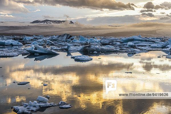 Eisberge  dramatische Wolken  Gletscherlagune Jökulsárlón in der Abendsonne  Vatnajökull-Gletscher  Austurland  Island