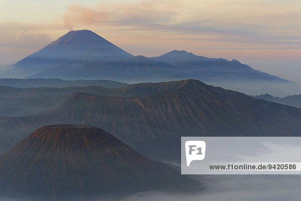 Sonnenaufgang über dem rauchenden Gunung Bromo Vulkan  Nationalpark Bromo-Tengger-Semeru  Java  Indonesien