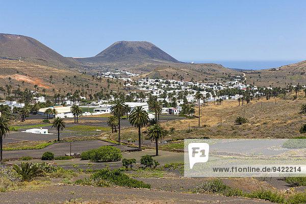 Das Bergdorf Haría mit seinen weissen Häusern  hinten der Vulkan Monte Corona  Maguez  Lanzarote  Kanarische Inseln  Spanien