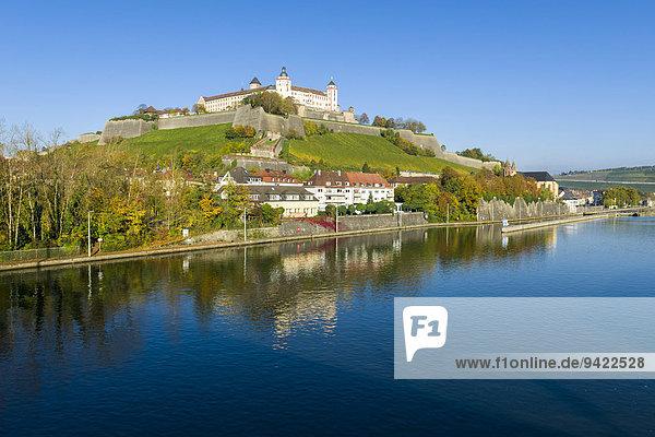 Festung Marienberg auf einem Hügel über der Stadt  am Main  im Herbst  Würzburg  Bayern  Deutschland