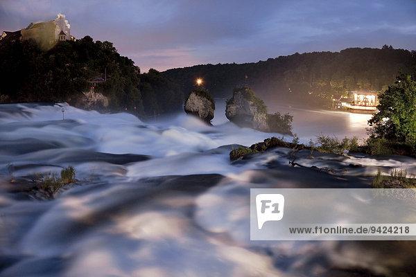 Rheinfall in Schaffhausen in der Nacht  Schweiz  Europa