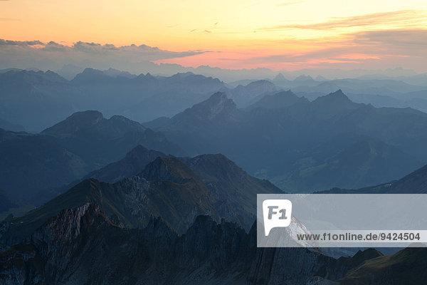Sonnenuntergang mit Blick auf die Schweizer Alpen der Ostschweiz  gesehen vom Säntis im Alpstein  Schweiz  Europa