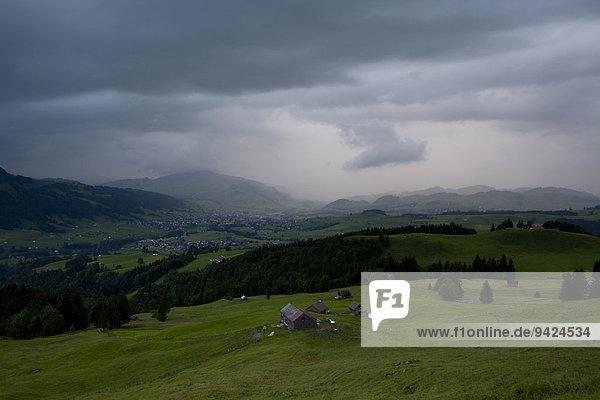 Regenfront im Appenzellerland in den Schweizer Alpen  Schweiz  Europa  ÖffentlicherGrund