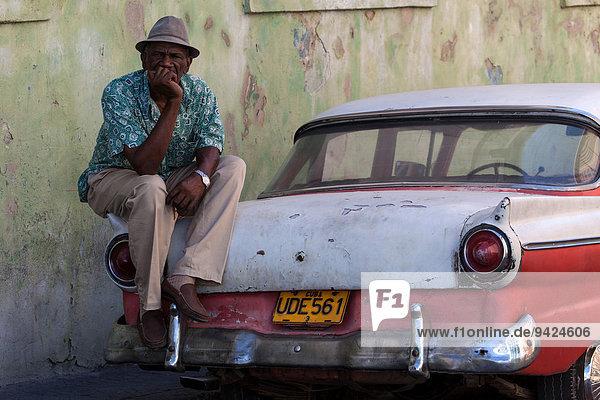 Kubanischer Taxifahrer mit seinem Oldtimer-Taxi  Santiago de Cuba  Kuba