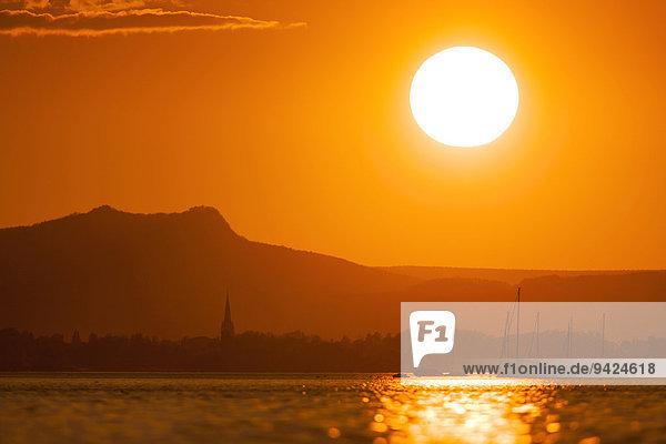 Sonnenuntergang am Bodensee mit Blick nach Radolfzell in den Hohenstoffeln  Baden-Württemberg  Deutschland  Europa  ÖffentlicherGrund