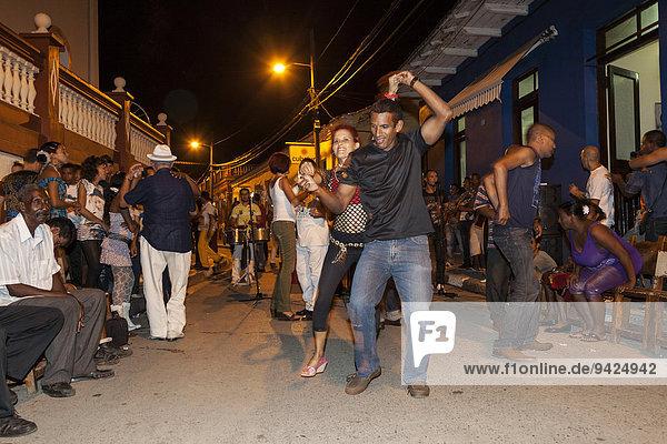 Musik und Tanz auf der Straße am Abend  Baracoa  Kuba