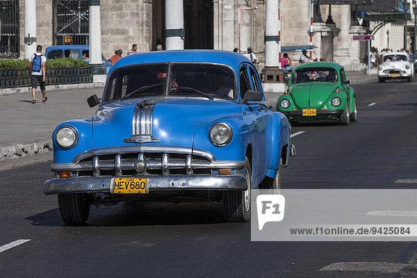 Oldtimer auf dem Prado  Havanna  Kuba