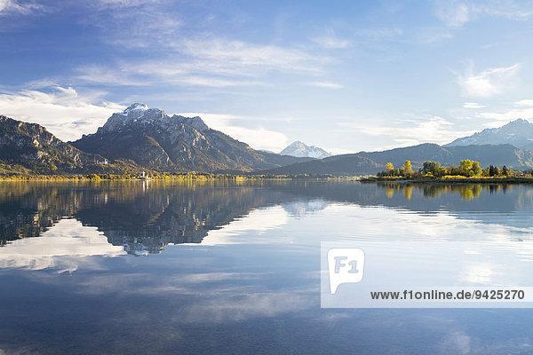 Herbststimmung mit Bergblick am Forggensee bei Füssen  Ostallgäu  Bayern  Deutschland Herbststimmung mit Bergblick am Forggensee bei Füssen, Ostallgäu, Bayern, Deutschland
