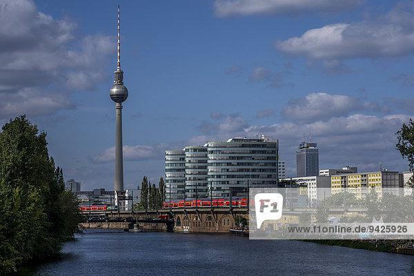 Blick über die Spree auf Fernsehturm und Berliner Verkehrsbetriebe  BVG  Friedrichshain  Berlin  Deutschland