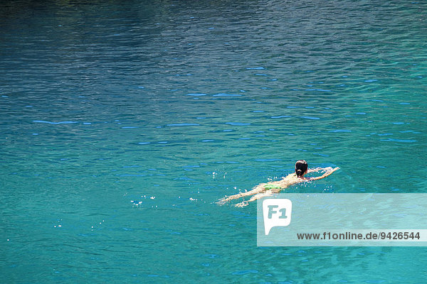 Frau schwimmt im türkisen Mittelmeer  Calanque de Sugiton  Provence-Alpes-Côte d'Azur  Frankreich