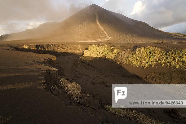 Ausgetrockneter Flusslauf vor Sandebene Ash Plain  Mount Yasur Vulkan  Insel Tanna  Vanuatu