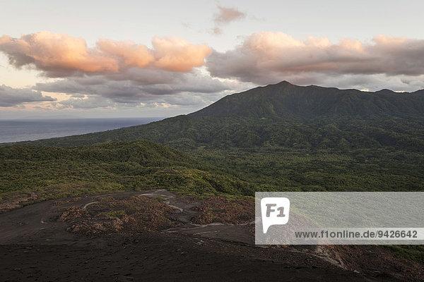 Ausblick vom Krater des Mount Yasur Vulkans auf Meer im Morgenlicht  Insel Tanna  Vanuatu
