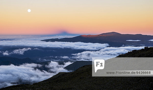 Mondaufgang und Sonnenuntergang über Vulkan Piton de la Fournaise  La Reunion