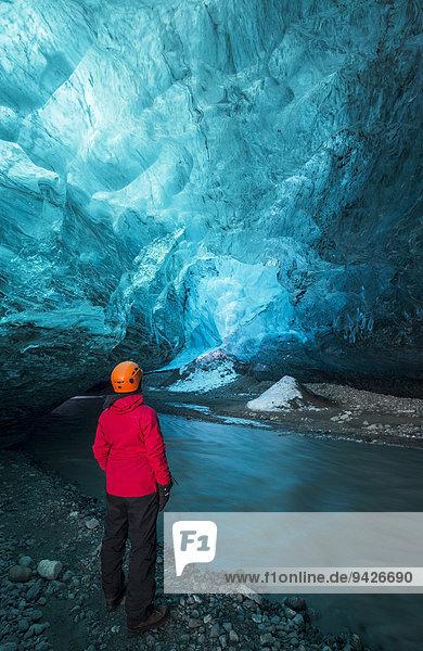 Junge Frau in Eishöhle unter dem Vatnajökull Gletscher  Island