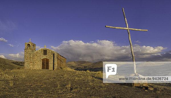 Kleine Kirche und Kreuz in der Wildnis  bolivianischer Hochebene Altiplano  Santiago De Huata  La Paz  Bolivien