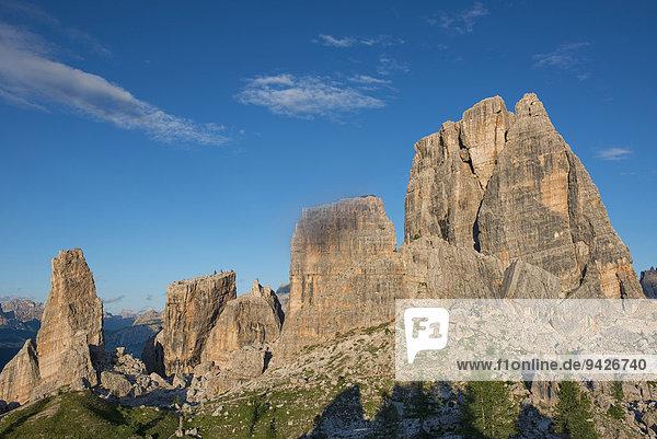 Cinque Torri oder Fünf Türme mit blauem Himmel  Dolomiten  Venetien  Italien