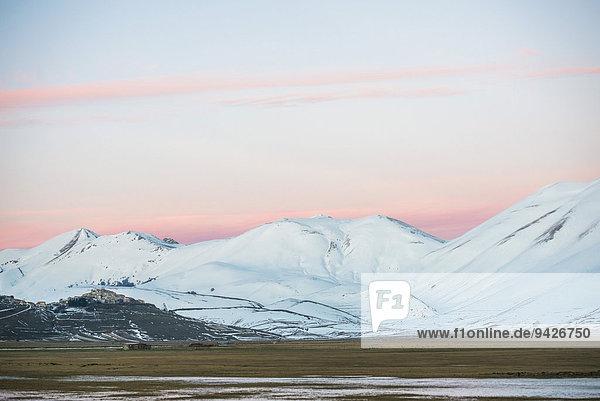 Sonnenuntergang im Winter  Nationalpark Monti Sibillini  Castelluccio di Norcia  Umbrien  Italien
