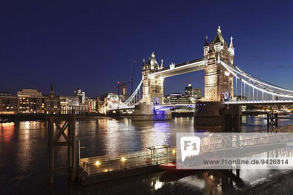 Blick vom St. Katherine Pier über Tower Bridge zur City Hall  London  England  Großbritannien