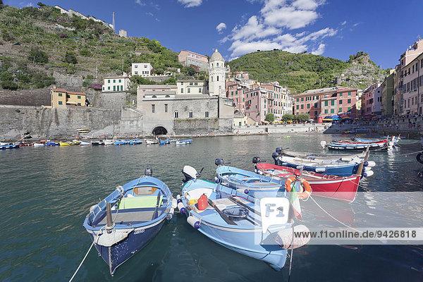 Fischerboote im Hafen  Vernazza  Cinque Terre  Rivera di Levante  Provinz La Spazia  Ligurien  Italien