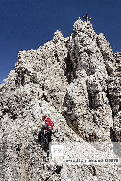 Bergsteiger beim Aufstieg über den Imster Klettersteig auf den Maldonkopf in den Lechtaler Alpen  mit dem Gipfel vom Maldonkopf  Hoch-Imst  Imst  Tirol  Österreich