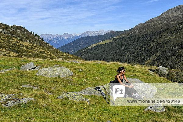 Frau ruht sich nach Bergwanderung aus  Fotschertal mit Ausblick auf die Nordkette  Tirol  Österreich